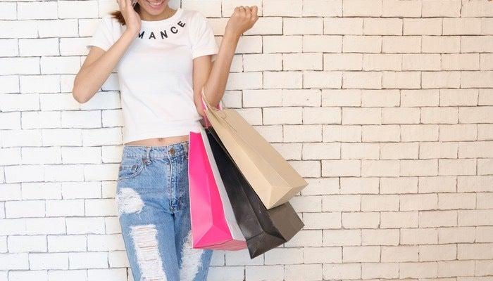 Donna che fa shopping